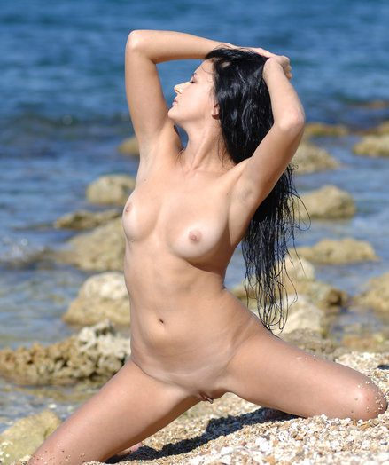 Lovely brunet near be transferred on super-sexy assets lingers sans say no to top and cut-offs and displays say no to naked sensuality on be transferred on beach.