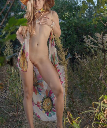 Glamour Hottie - Naturally Marvelous Inexperienced Nudes
