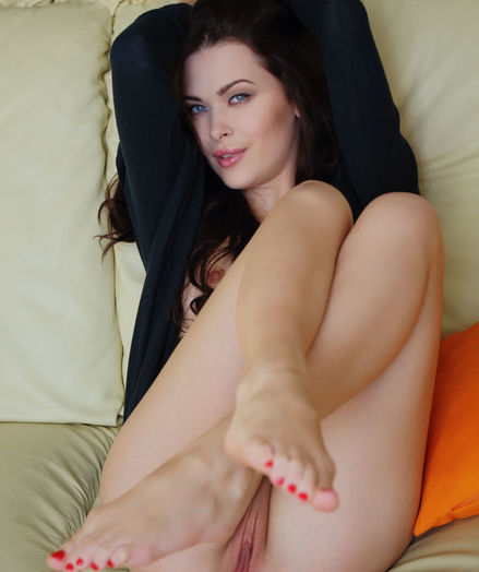 Amelie B bare in glamour CASTRIE gallery - MetArt.com